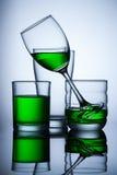 grupo de água do verde do whit do glasse no fundo azul Imagem de Stock Royalty Free