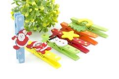 Grupo de ícone do Natal no grampo colorido de pano foco em Papai Noel árvore verde artificial Fotografia de Stock Royalty Free