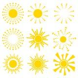 Grupo de ícones alaranjados amarelos simples de Sun no fundo branco Ilustração do vetor dos desenhos animados de um nascer do sol ilustração do vetor