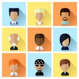 Grupo de ícones das caras dos homens no projeto liso ilustração stock