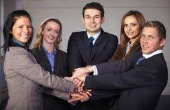 Grupo de 5 empresarios, unidades y trabajos en equipo Imagen de archivo
