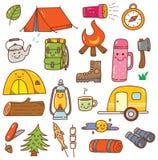 Grupo de acampamento da garatuja do kawaii isolado no fundo branco ilustração royalty free