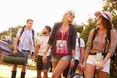 Grupo de acampamento indo dos jovens no festival de música imagens de stock royalty free