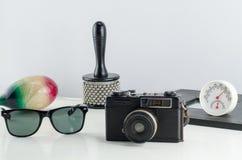 Grupo de accesorios viejos del viajero y forma de vida en el backgro blanco Fotografía de archivo