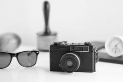 Grupo de accesorios viejos del viajero y forma de vida en el backgro blanco Imágenes de archivo libres de regalías