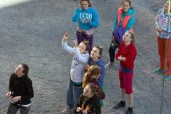 Grupo de acercamiento de planeamiento de los escaladores a la pared que sube fotos de archivo