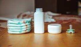 Grupo de acessórios para tecidos descartáveis do bebê, coisas para a puericultura Imagens de Stock