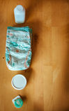 Grupo de acessórios para tecidos descartáveis do bebê, coisas para a puericultura, vista superior Fotografia de Stock Royalty Free