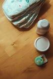 Grupo de acessórios para tecidos descartáveis do bebê, coisas para a puericultura, vista superior Imagem de Stock Royalty Free
