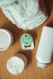 Grupo de acessórios para tecidos descartáveis do bebê, coisas para a puericultura, vista superior Imagens de Stock Royalty Free