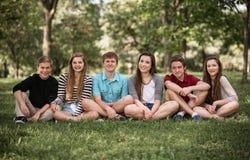 Grupo de adolescencias al aire libre Foto de archivo libre de regalías