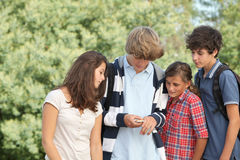 Grupo de adolescencias después de la escuela Imágenes de archivo libres de regalías