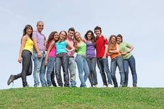 Grupo de adolescencias en el campamento de verano Imágenes de archivo libres de regalías