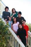 Grupo de adolescencias en las escaleras Imagenes de archivo