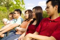 Grupo de adolescencias que goza al aire libre Imagenes de archivo