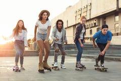Grupo de adolescencias que hacen actividades en zona urbana imagen de archivo libre de regalías