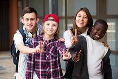Grupo de adolescencias que presentan la escuela exterior Imagen de archivo
