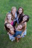 Grupo de adolescencias sonrientes, amistad imagenes de archivo