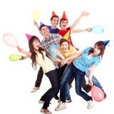 Grupo de adolescente en sombrero y baloon del partido. Imagen de archivo libre de regalías