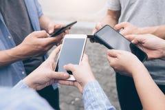 Grupo de adolescente joven usando los teléfonos móviles Imágenes de archivo libres de regalías