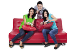 Grupo de adolescente que juega a los juegos aislados Fotos de archivo libres de regalías