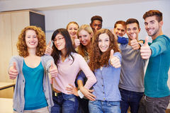 Grupo de adolescente que mantém os polegares Fotografia de Stock Royalty Free