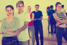 Grupo de adolescentes activos que bailan tango en estudio de la danza Fotos de archivo