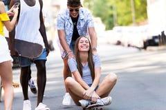 Grupo de adolescentes activos que hacen actividad recreativa en una zona urbana Imagen de archivo libre de regalías