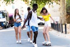 Grupo de adolescentes activos que hacen actividad recreativa en una zona urbana Fotos de archivo libres de regalías