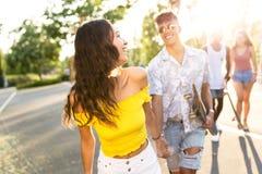 Grupo de adolescentes activos que hacen actividad recreativa en una zona urbana Foto de archivo libre de regalías