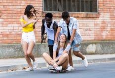 Grupo de adolescentes activos que hacen actividad recreativa en una zona urbana Fotografía de archivo libre de regalías
