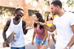 Grupo de adolescentes activos que hacen actividad recreativa en una zona urbana Fotos de archivo