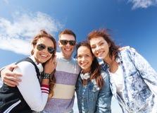 Grupo de adolescentes afuera Foto de archivo libre de regalías