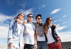 Grupo de adolescentes afuera Fotos de archivo libres de regalías