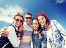 Grupo de adolescentes afuera Fotografía de archivo libre de regalías
