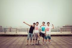 Grupo de adolescentes asiáticos que se divierten Imagen de archivo libre de regalías