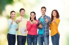 Grupo de adolescentes com smartphones e PC da tabuleta Fotografia de Stock