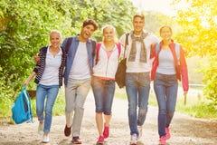 Grupo de adolescentes como amigos en la naturaleza Imagen de archivo