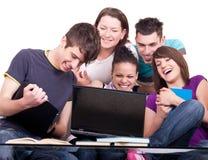 Grupo de adolescentes con la computadora portátil Imágenes de archivo libres de regalías