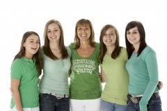 Grupo de adolescentes con la madre Foto de archivo