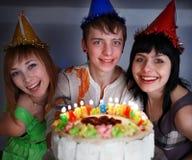 Grupo de adolescentes con la torta del feliz cumpleaños. Foto de archivo libre de regalías