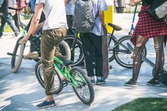 Grupo de adolescentes con las bicicletas en el parque Fotos de archivo libres de regalías