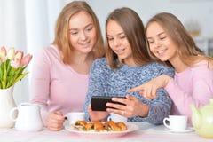 Grupo de adolescentes con smartphone Foto de archivo