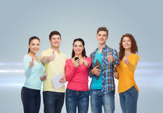 Grupo de adolescentes con smartphones y PC de la tableta Imagenes de archivo