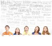 Grupo de adolescentes con un espacio en blanco, cartelera blanca Fotografía de archivo