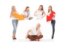 Grupo de adolescentes con un espacio en blanco, cartelera blanca Imagen de archivo libre de regalías