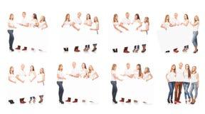 Grupo de adolescentes con un espacio en blanco, cartelera blanca Fotos de archivo libres de regalías
