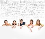 Grupo de adolescentes con una bandera y palabras Imagen de archivo libre de regalías