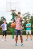 Grupo de adolescentes de sorriso que jogam o basquetebol Foto de Stock