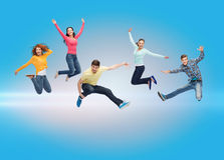 Grupo de adolescentes de sorriso que saltam no ar Foto de Stock